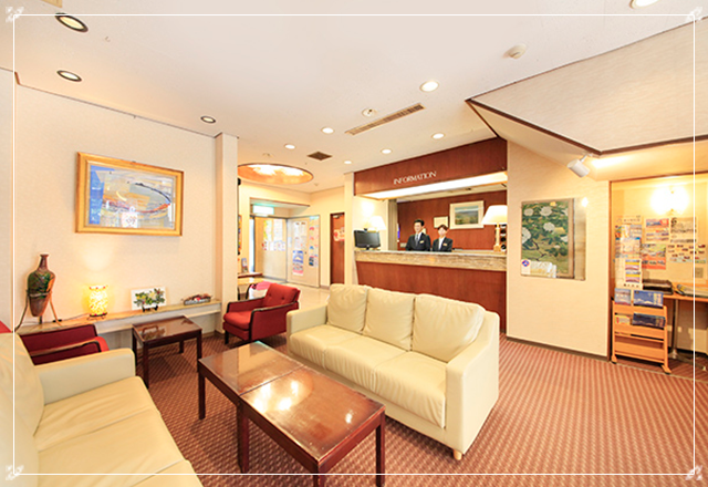 お部屋やホテル、宿泊プランをロビーでご案内します。